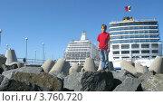 Купить «Мальчик играет перед круизные лайнеры в бухте, таймлапс», видеоролик № 3760720, снято 18 августа 2011 г. (c) Losevsky Pavel / Фотобанк Лори
