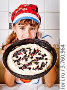 Купить «Девочка показывает сырой пирог», фото № 3760964, снято 23 июля 2012 г. (c) Ольга Денисова / Фотобанк Лори