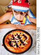 Купить «Девочка смотрит на пирог с начинкой», фото № 3760992, снято 23 июля 2012 г. (c) Ольга Денисова / Фотобанк Лори