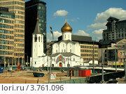 Купить «Церковь на фоне стройплощадки и современных зданий», фото № 3761096, снято 8 августа 2012 г. (c) Андрей Бушуев / Фотобанк Лори