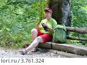 Купить «Пожилая женщина-туристка сидит на лавочке в лесу с термосом в руках», фото № 3761324, снято 11 августа 2012 г. (c) Анна Мартынова / Фотобанк Лори