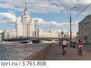 Купить «Велосипедисты едут по Раушской набережной», фото № 3761808, снято 30 июня 2012 г. (c) Родион Власов / Фотобанк Лори