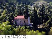 Вид на католическую церковь в горах Биоково,Хорватия. Стоковое фото, фотограф Elena Guseva / Фотобанк Лори