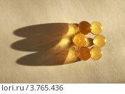 Янтарные капсулы на бежевом фоне. Стоковое фото, фотограф Марина Алешина / Фотобанк Лори