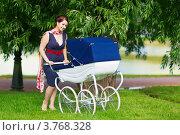 Женщина с коляской гуляет в парке. Стоковое фото, фотограф Екатерина Штерн / Фотобанк Лори
