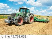 Купить «Трактор с плугом вспахивает поле», фото № 3769632, снято 5 августа 2012 г. (c) Дмитрий Калиновский / Фотобанк Лори