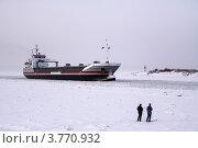 Лыжники на льду у фарватера (2006 год). Редакционное фото, фотограф Vladimir Pen / Фотобанк Лори