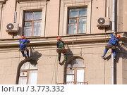 Промышленные альпинисты красят фасад старого дома (2012 год). Редакционное фото, фотограф Алёшина Оксана / Фотобанк Лори
