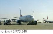 Купить «Осмотр самолета в аэропорту Вены», видеоролик № 3773540, снято 1 марта 2012 г. (c) Losevsky Pavel / Фотобанк Лори