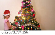 Купить «Мальчик и девочка в шапках Санты-Клауса наряжают новогоднюю елку дома, таймлапс», видеоролик № 3774356, снято 24 января 2012 г. (c) Losevsky Pavel / Фотобанк Лори