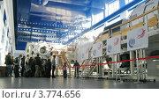 Купить «Посетители на экскурсии по гидролаборатории в Звездном городке, таймлапс», видеоролик № 3774656, снято 4 марта 2012 г. (c) Losevsky Pavel / Фотобанк Лори