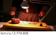 Купить «Повар нарезает мясо на ломтики», видеоролик № 3774808, снято 13 января 2012 г. (c) Losevsky Pavel / Фотобанк Лори