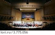 Купить «Симфонический оркестр дает концерт в Московской  Государственной консерватории», видеоролик № 3775056, снято 16 января 2012 г. (c) Losevsky Pavel / Фотобанк Лори