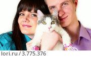 Купить «Парень и девушка держат кошку в розовых кедах», видеоролик № 3775376, снято 18 января 2012 г. (c) Losevsky Pavel / Фотобанк Лори