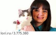 Купить «Молодая девушка держит в руках кошку», видеоролик № 3775380, снято 19 января 2012 г. (c) Losevsky Pavel / Фотобанк Лори