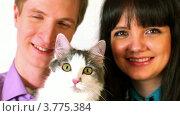 Купить «Молодая пара и кошка смотрят», видеоролик № 3775384, снято 19 января 2012 г. (c) Losevsky Pavel / Фотобанк Лори