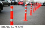 Купить «Защитный барьер из красных полосатых колонн на дороге», видеоролик № 3775540, снято 4 марта 2012 г. (c) Losevsky Pavel / Фотобанк Лори