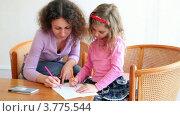 Купить «Мама и ее маленькая дочка рисуют цветными фломастерами, сидя за столом в креслах», видеоролик № 3775544, снято 13 марта 2012 г. (c) Losevsky Pavel / Фотобанк Лори