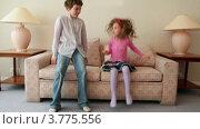 Купить «Мальчик и девочка подбегают к дивану и начинают на нем прыгать», видеоролик № 3775556, снято 13 марта 2012 г. (c) Losevsky Pavel / Фотобанк Лори