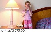 Купить «Девочка разговаривает по телефону в спальне на фоне кровати», видеоролик № 3775564, снято 15 марта 2012 г. (c) Losevsky Pavel / Фотобанк Лори