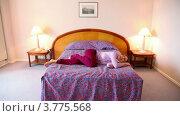 Купить «Молодая женщина лежит на кровати и пританцовывает, щелкая пальцами в такт музыке», видеоролик № 3775568, снято 12 марта 2012 г. (c) Losevsky Pavel / Фотобанк Лори
