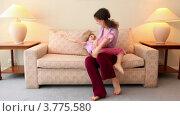 Купить «Маленькая девочка подбегает к маме, сидящей на диване, и обнимает ее», видеоролик № 3775580, снято 14 марта 2012 г. (c) Losevsky Pavel / Фотобанк Лори