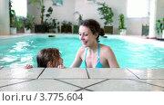 Купить «Мама с маленькой дочкой в бассейне», видеоролик № 3775604, снято 11 марта 2012 г. (c) Losevsky Pavel / Фотобанк Лори