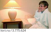 Купить «Мальчик в белом халате сидит на кровати в спальной и зевает», видеоролик № 3775624, снято 12 марта 2012 г. (c) Losevsky Pavel / Фотобанк Лори