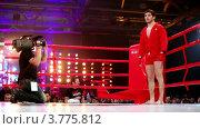 Купить «Борец в кимоно стоит  на боксерском ринге .Московская битва 3», видеоролик № 3775812, снято 10 января 2012 г. (c) Losevsky Pavel / Фотобанк Лори