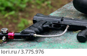 Купить «Капли дождя падают на винтовку для пейнтбола», видеоролик № 3775976, снято 1 марта 2012 г. (c) Losevsky Pavel / Фотобанк Лори