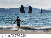 Купить «Камчатка, скалы Три Брата. Молодой человек бежит в море (Авачинская бухта)», фото № 3776028, снято 31 июля 2012 г. (c) А. А. Пирагис / Фотобанк Лори