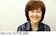 Купить «Женщина брюнетка средних лет улыбоается», видеоролик № 3776396, снято 7 февраля 2012 г. (c) Losevsky Pavel / Фотобанк Лори