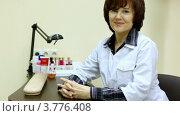 Купить «Женщина-косметолог сидит за рабочим столом и включает лампу», видеоролик № 3776408, снято 7 февраля 2012 г. (c) Losevsky Pavel / Фотобанк Лори