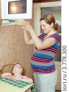 Купить «Беременная женщина приготовила ужин для дочери», фото № 3778300, снято 9 августа 2012 г. (c) Яков Филимонов / Фотобанк Лори