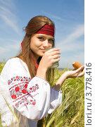 Купить «Девушка в национальной украинской рубашке пьет молоко», фото № 3778416, снято 25 августа 2012 г. (c) Момотюк Сергей / Фотобанк Лори