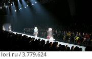Купить «Модели демонстрируют одежду на подиуме на Неделе Моды, таймлапс», видеоролик № 3779624, снято 27 апреля 2012 г. (c) Losevsky Pavel / Фотобанк Лори
