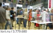 Купить «Посетители выставки рассматривают модели домов, таймлапс», видеоролик № 3779680, снято 26 мая 2012 г. (c) Losevsky Pavel / Фотобанк Лори