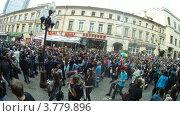 Купить «Люди на Старом Арбате во время Парада Мыльных Пузырей, таймлапс», видеоролик № 3779896, снято 27 мая 2012 г. (c) Losevsky Pavel / Фотобанк Лори