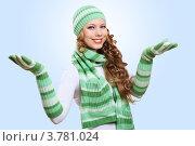 Купить «Веселая молодая женщина в полосатой вязаной шапке, шарфе и перчатках», фото № 3781024, снято 14 июня 2012 г. (c) Sergey Nivens / Фотобанк Лори
