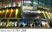 Купить «Покупатели входят и выходят из ТЦ Метрополис (таймлапс)», видеоролик № 3781288, снято 26 апреля 2012 г. (c) Losevsky Pavel / Фотобанк Лори