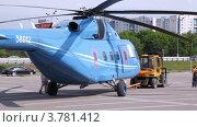 Купить «Трактор буксирует вертолет на взлетную площадку», видеоролик № 3781412, снято 30 июля 2012 г. (c) Losevsky Pavel / Фотобанк Лори