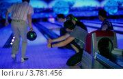 Купить «Молодой человек бросает боулинг мяч и друзья поддерживают его», видеоролик № 3781456, снято 8 апреля 2012 г. (c) Losevsky Pavel / Фотобанк Лори
