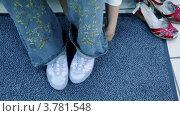 Купить «Женские ноги в новой обуви и старая пары стоит рядом на ковре», видеоролик № 3781548, снято 19 июня 2012 г. (c) Losevsky Pavel / Фотобанк Лори