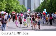Купить «Много людей в парке Сокольники в летний день», видеоролик № 3781552, снято 1 апреля 2012 г. (c) Losevsky Pavel / Фотобанк Лори