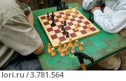 Купить «Двое мужчин сидят и думают за шахматной доской, крупным планом», видеоролик № 3781564, снято 1 апреля 2012 г. (c) Losevsky Pavel / Фотобанк Лори