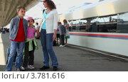 Купить «Мать говорит с детьми, когда они стоят вместе на станции», видеоролик № 3781616, снято 17 июня 2012 г. (c) Losevsky Pavel / Фотобанк Лори