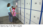 Купить «Семья в автоматической камере хранения», видеоролик № 3781620, снято 19 июня 2012 г. (c) Losevsky Pavel / Фотобанк Лори