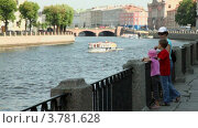 Купить «Мама с детьми стоят на набережной и смотрят на реку», видеоролик № 3781628, снято 5 июня 2012 г. (c) Losevsky Pavel / Фотобанк Лори