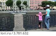 Купить «Мама с дочкой  стоят на набережной и смотрят на реку», видеоролик № 3781632, снято 5 июня 2012 г. (c) Losevsky Pavel / Фотобанк Лори