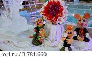 Купить «Стол украшен фруктами, статуэтками и скульптурами из льда», видеоролик № 3781660, снято 5 июня 2012 г. (c) Losevsky Pavel / Фотобанк Лори